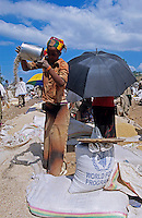 Aethiopien Lalibela, Markt von Lalibela , Frau verkauft Hirse und Mais in Saecken des WFP UN Welternaehrungsprogramm / Ethiopia market day in Lalibela, woman sell millet and maize in bags of WFP world food programme of UN