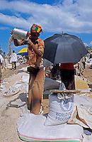 Aethiopien Lalibela, Markt von Lalibela , Frau verkauft Hirse und Mais in Saecken des WFP UN Welternaehrungsprogramm / Ethiopia market day in Lalibela, woman sell millet and maize in bags of WFP world food programme of UN