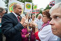 Nederland, Haaren, 14 sept  2013<br /> Manifesatie tegen schaliegas proefboringen. PvdA kamerlid Jan Vos kwam naar Boxtel en bekeek na de manifestatie ook de voorgenomen lokatie voor proefboringen in Boxtel en Haaren.  Op de foto: Haaren. Ook daar werd natuurlijk geprotesteerd en flink gediscusieerd met Jan Vos.<br /> <br /> Foto(c): Michiel Wijnbergh