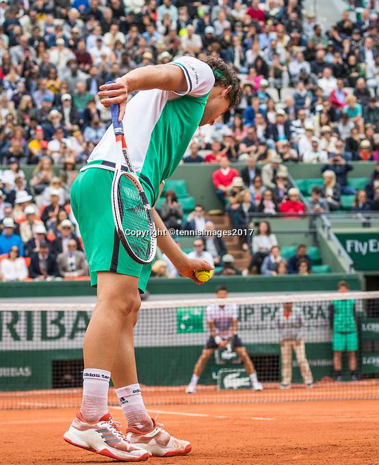 Paris, France, 7 June, 2017, Tennis, French Open, Roland Garros,  Dominic Thiem (AUT) towers over Djokovic as he serves for the  match.<br /> Photo: Henk Koster/tennisimages.com