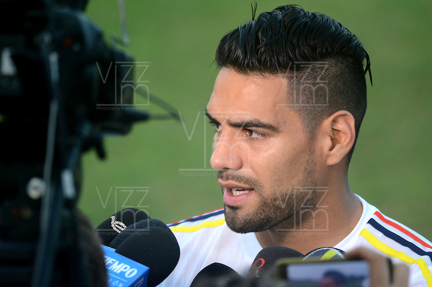 BARRANQUILLA - COLOMBIA - 05-10-2015: Radamel Falcao Garcia,   guardameta de la seleccion Colombia de futbol durante el primer entrenamiento en el Polideportivo de la Universidad Autonoma del Caribe antes de su encuentro contra  la seleccion del Perú por la calsificación a la Copa Mundial de la FIFA Rusia 2018.  / Radamel Falcao Garcia player of the Soccer Colombia Team during the first training at Polideportivo of the Universidad Autonoma del  Caribe before match against of Peru Soccer team for the qualifying to 2018 FIFA World Cup Russia.<br /> Russia. Photo: VizzorImage / Alfonso Cervantes / Cont