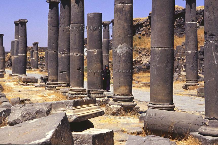 SIRIA Bosra donna tra il colonnato