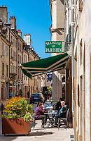 Frankreich, Bourgogne-Franche-Comté, Département Jura, Dole: Altstadtgasse mit Gasthaus Brasserie Le Parisien | France, Bourgogne-Franche-Comté, Département Jura, Dole: old town lane with restaurant Brasserie Le Parisien