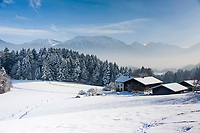 Deutschland, Oberbayern, Chiemgau, zwischen Siegsdorf und Ruhpolding: Bauernhof in Winterlandschaft | Germany, Upper Bavaria, Chiemgau, between Ruhpolding and Siegsdorf: farmhouse in winter scenery