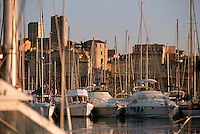 France/06/Alpes Maritimes/ Antibes: le vieux port et la vieille ville, et l'église de l'immaculée Conception