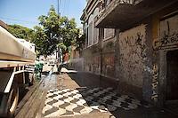 SAO PAULO, SP, 04 DE JANEIRO DE 2012 - CRACOLANDIA - Policia Militar retira viciados da Alameda Dino Bueno, bairro de Campos Eliseos, centro da cidade, para que a prefeitura possa fazer a limpeza da região conhecida como Cracolandia. Foto Ricardo Lou - News Free