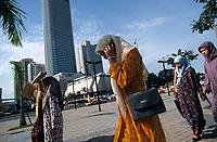 MALAYSIA, Kuala Lumpur, muslim woman with mobile phone / MALAYSIA, Kuala Lumpur, muslimische Frauen mit Mobiltelefon