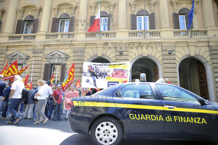 Roma, 15 Luglio 2011.Via XX Settembre,Ministero dell' Economia e delle Finanze.Manifestazione dei lavoratori aderenti al sindacato autonomo USB Unione sindacale di Base, contro la manovra economica del Governo