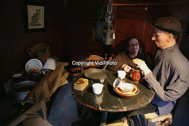 """Foto: VidiPhoto..ARNHEM - In het Nederlands Openluchtmuseum in Arnhem wordt maandagmiddag de laatste hand gelegd aan de inrichting van het thema """"Vaarwel Nederland"""". Het nieuwe seizoen gaat woensdag van start en draait om emigratie van Nederlanders naar andere landen. Via diorama's, en minidocumentaires 'vertellen' emigranten hun geschiedenis. Foto: Bijna klaar voor vertrek."""