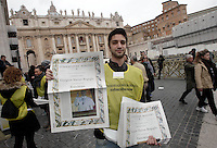 Un venditore dell'Osservatore Romano in Piazza San Pietro in occasione del primo Angelus di Papa Francesco dalla finestra del suo studio, Citta' del Vaticano, 17 marzo 2013..A seller holds copies of the Vatican newspaper L'Osservatore Romano in St. Peter's square prior of the Pope Francis' first Sunday Angelus prayer from hisl studio window at the Vatican, 17 March 2013..UPDATE IMAGES PRESS/Riccardo De Luca -STRICTLY FOR EDITORIAL USE ONLY-