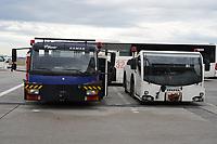 Fahrzeuge der Flugzeugschlepper und des Sanitären Service am Frankfurter Flughafen - Frankfurt 16.10.2019: Eichwaldschule Schaafheim am Frankfurter Flughafen