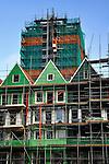 ZAANDAM - In Zaanstad werkt BAM Woningbouw aan project Rustenburg. Het door architecten Mattijs Rijnboutt en Kees Rijnboutt ontworpen complex is gebouwd op een drie verdiepingen diepe parkeergarage waar bovenop ruim honderd woningen, een bioscoop met zes zalen en 11.000 m2 winkelruimten zijn gebouwd. De woningen zijn ondergebracht in een zeventien etage hoge woontoren, en daarnaast als grachtenhuizen, Zaanse pakhuizen en zaagtandwoningen vormgegeven appartementen. Terwijl de gevelbekleding in de groene streekkleuren zijn uitgevoerd, krijgen de woningen ook traditionele dakpannen als dakbedekking. COPYRIGHT TON BORSBOOM
