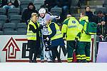 Stockholm 2014-01-10 Bandy Elitserien Hammarby IF - Sandvikens AIK :  <br />   Sandvikens Magnus Muhr&eacute;n har skadat sig under den andra halvleken och f&aring;r hj&auml;lp av sjukv&aring;rdare. <br /> (Foto: Kenta J&ouml;nsson) Nyckelord:  skada skadan ont sm&auml;rta injury pain
