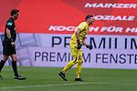 Manuel Gräfe / Graefe (SR), (Schiedsrichter / Referee), Jiri Pavlenka (Werder Bremen #01) Verletzung / verletzt / Schmerzen<br /> <br /> <br /> Sport: nphgm001: Fussball: 1. Bundesliga: Saison 19/20: 33. Spieltag: 1. FSV Mainz 05 vs SV Werder Bremen 20.06.2020<br /> <br /> Foto: gumzmedia/nordphoto/POOL <br /> <br /> DFL regulations prohibit any use of photographs as image sequences and/or quasi-video.<br /> EDITORIAL USE ONLY<br /> National and international News-Agencies OUT.