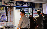 RIO DE JANEIRO, RJ, 03 DE JULHO DE 2013 -MEGA-SENA ACUMULADA-A Caixa Econômica Federal sorteia, nesta quarta-feira (3), o concurso 1.508 da Mega-Sena. O prêmio previsto é de R$ 42 milhões. O sorteio será realizado às 20h (horário de Brasília).<br /> Se apenas um apostador ganhar e o prêmio for depositado na poupança, o rendimento, já pelas novas regras do governo, seria de cerca de R$ 219 mil mensais, o que equivale a R$ 7,3 mil por dia.<br /> O valor do prêmio também é suficiente para comprar 305 carros de luxo ou 84 imóveis de R$ 500 mil cada.<br /> <br /> A aposta mínima é de R$ 2 e pode ser feita até as 19h em qualquer uma das mais de 11,9 mil lotéricas do Brasil, no<br />  Rio de Janeiro.FOTO:MARCELO FONSECA/BRAZIL PHOTO PRESS