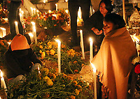 """Oaxaca, Oax. Como ya es parte de las tradiciones y costumbres de ese lugar por estas fechas, decenas de habitantes del municipio de Santa María Atzompa, se congregaron en el panteón de esa localidad para celebrar y convivir con las almas de sus seres queridos que ya se adelantaron en el camino, pero que estos días los vienen a visitar.<br /> <br /> Es así como a ritmo de música de banda, entre nostalgia, comida y bebida, los pobladores festejan la llegada de """"sus muertos"""", quienes según la creencia de esa comunidad, arriban desde la noche del 31 de octubre, y conviven con ellos la madrugada del 1 de noviembre hasta el amanecer.<br /> <br /> Dicho evento se denomina """"Alumbrada"""", ya que las decenas de tumbas hechas de tierra (la mayoría no cuentan con lapidas de cemento o mármol) son adornadas con flores de Cresta de Gallo ó Borla, y Cempasúchil, aromatizadas con copal e iluminadas con veladoras y velas, lo que transforma este lugar en una zona llena de misticismo."""