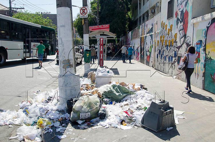 Lixo acumulado na rua Oriente, em São Paulo (SP), 30/10/2014.