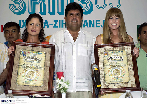 (L-R) Lorena Ochoa (MEX), Paula Creamer (USA), JUNE 19, 2009 - Golf : Lorena Ochoa of Mexico and Paula Creamer and Alejandro Bravo (C) attend the press conference before the tournament Skins 2009 at Palma Real Golf Club in Guerrero, Ixtapa, Mexico. (Photo by MEXSPORT/ActionPlus) UK Lincenses Only
