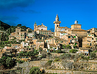 Spanien, Balearen, Mallorca, Valldemossa mit Karthaeuserkloster und Pfarrkirche Sant Bartomeu | Spain, Balearic Islands, Mallorca, Valldemossa with Carthusian monastery and parish church Sant Bartomeu