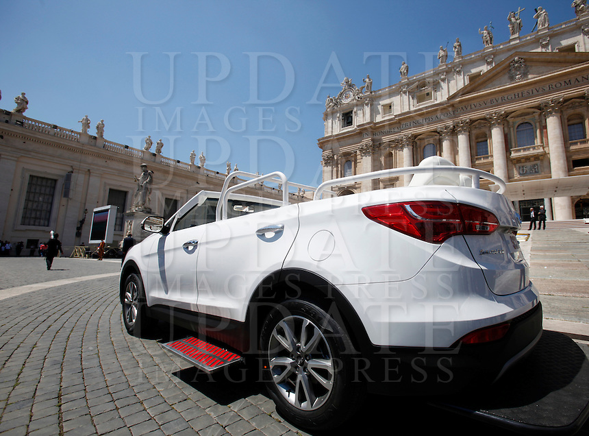 La nuova papamobile di Papa Francesco in Piazza San Pietro, in occasione dell'udienza generale del mercoledi', Citta' del Vaticano, 3 giugno 2015.<br /> The new popemobile of Pope Francis in St. Peter's Square on the occasion of his weekly general audience, at the Vatican, 3 June 2015.<br /> UPDATE IMAGES PRESS/Isabella Bonotto<br /> <br /> STRICTLY ONLY FOR EDITORIAL USE