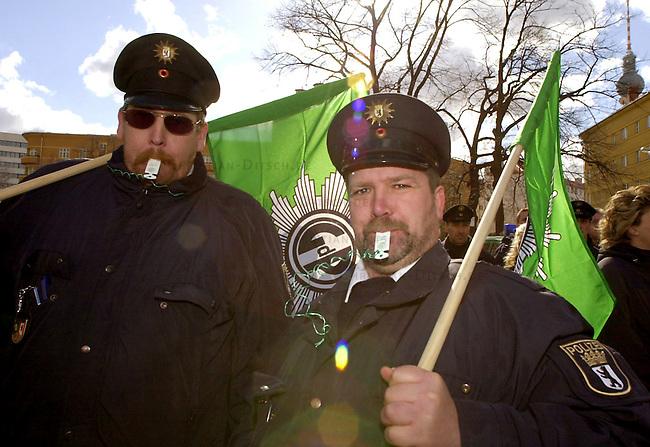 Protest der Gewerkschaft der Polizei, ver.di und GEW anlaesslich der Tarifverhandlungen in Berlin.<br /> Die Gewerkschaften riefen zu einem Warnstreik am Donnerstag den 13. Maerz 2003 in Berlin auf. Gewerkschaftsmitglieder versammelten sich zu einer Kundgebung auf dem Rosa-Luxemburg-Platz in Berlin-Mitte.<br /> An dem Streik beteiligten sich Mitarbeiter von Meldestellen und Buergerbueros, Angestellte im Polizeidienst, der Freien Universitaet und des Oberstufenzentrums Bautechnik I.<br /> Hier: Mitglieder der Gewerkschaft der Polizei (GdP).<br /> 13.3.2003, Berlin<br /> Copyright: Christian-Ditsch.de<br /> [Inhaltsveraendernde Manipulation des Fotos nur nach ausdruecklicher Genehmigung des Fotografen. Vereinbarungen ueber Abtretung von Persoenlichkeitsrechten/Model Release der abgebildeten Person/Personen liegen nicht vor. NO MODEL RELEASE! Nur fuer Redaktionelle Zwecke. Don't publish without copyright Christian-Ditsch.de, Veroeffentlichung nur mit Fotografennennung, sowie gegen Honorar, MwSt. und Beleg. Konto: I N G - D i B a, IBAN DE58500105175400192269, BIC INGDDEFFXXX, Kontakt: post@christian-ditsch.de<br /> Bei der Bearbeitung der Dateiinformationen darf die Urheberkennzeichnung in den EXIF- und  IPTC-Daten nicht entfernt werden, diese sind in digitalen Medien nach &sect;95c UrhG rechtlich geschuetzt. Der Urhebervermerk wird gemaess &sect;13 UrhG verlangt.]