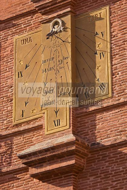 Europe/France/Midi-Pyérénées/82/Tarn-et-Garonne/Montauban: La place Nationale - Détail façade et cadran solaitre