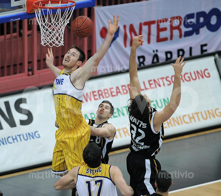 Basketball   1. Bundesliga 2010/2011  19.02.2011 Walter Tigers Tuebingen - EWE Baskets Oldenburg Dane Watts  (re, Tuebingen) gegen Aron Baynes (li, Oldenburg)
