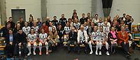 Black and White Company LENDELEDE - Volley Saturnus Michelbeke :<br /> Technische staf , speelsters en voorzitter van Lendelede poseren bij bij een deel van hun trouwe aanhang in hun laatste wedstrijd voor de ploeg ophoudt te bestaan<br /> <br /> Foto VDB / Bart Vandenbroucke