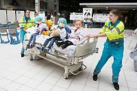 Nederland Amsterdam 2017 . Teddy Bear Hospital in het Amsterdam Medisch Centrum.   ( Foto mag niet in negatieve context gebruikt worden ). Teddy Bear Hospital (TBH) is één van de grootste projecten van IFMSA-NL. Het TBH is een rollenspel. Dat houdt in dat kleuters van vier t/m zes jaar hun beer of een andere knuffel meenemen naar een nagebootst ziekenhuis. Geneeskundestudenten spelen voor arts en behandelen de knuffels. Het doel van Teddy Bear Hospital is om kinderen op een speelse manier kennis te laten maken met de gezondheidszorg, om zo de angst voor dokters en het ziek-zijn enigszins weg te nemen. Bovendien leert het medische studenten om te gaan met kinderen en trainen ze hun communicatieve vaardigheden .   Foto Berlinda van Dam / Hollandse Hoogte