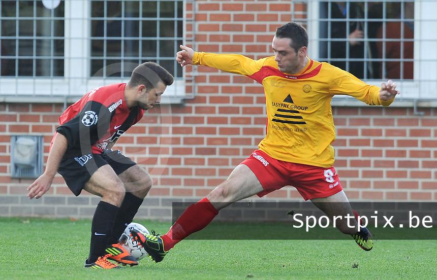 Winkel Sport - OMS Ingelmunster  : Aurelien Lecaillier (rechts) in duel met Yassine Delbergue.foto VDB / BART VANDENBROUCKE