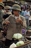 Asie/Vietnam/Hanoi: Le marché - Marchand de légumes pesant ses choux