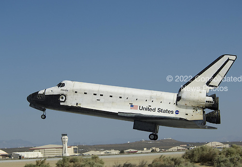 Edwards, CA - May 24, 2009 -- Space Shuttle Atlantis settles down toward Runway 22 at Edwards Air Force Base as it concludes its historic final servicing mission to the Hubble Space Telescope. .Mandatory Credit: Jim Ross - NASA via CNP