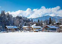 Deutschland, Bayern, Chiemgau, Schleching: Bauern- und Wohnhaeuser im Ortsteil Raiten vor den Chiemgauer Alpen | Germany, Upper Bavaria, Chiemgau, Schleching: farmhouses in district Raiten with Chiemgau Alps at background