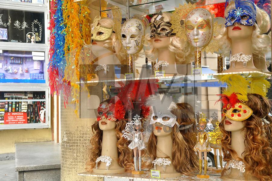 SAO PAULO, 09 DE FEVEREIRO DE 2012 - SP  - COMERCIO CARNAVAL RUA 25 DE MARCO - Movimento de consumidores na rua 25 de marco na região central da capital paulista, para compras de fantasias, mascaras e artigos de festa para o Carnaval deste ano. (FOTO: THAIS RIBEIRO - NEWSFREE).