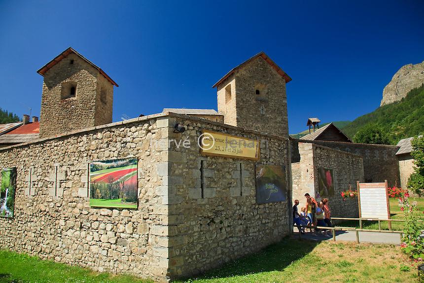 France, Alpes-de-Haute-Provence (04), Colmars-les-Alpes dans le Parc National du Mercantour et la vallée du Haut-Verdon, la porte de Savoie et le mur d'enceinte du village fortifié // France, Alpes de Haute Provence, Parc National du Mercantour (Mercantour National Park) and Vallee du Haut Verdon, Colmars les Alpes, the Porte de Savoie and the walls of the fortified village