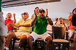 im Bild: Probleme bei Sky Übertragung, Störung, Sky wird per Mobiltelefon übertragen, (vl) Jürgen L. Born (ehemaliger Vorsitzender des Vorstandes Werder Bremen) und Ailton (Deutscher Meister 2003 / 2004 mit Werder Bremen) schauen zu / Tor für Werder, <br /><br />Sport: nphgm001: Fussball: 1. Bundesliga: Saison 19/20: 34. Spieltag: SV Werder Bremen vs 1.FC Koeln 27.06.2020 <br /><br />Foto: Rauch/gumzmedia/nordphoto<br /><br />EDITORIAL USE ONLY