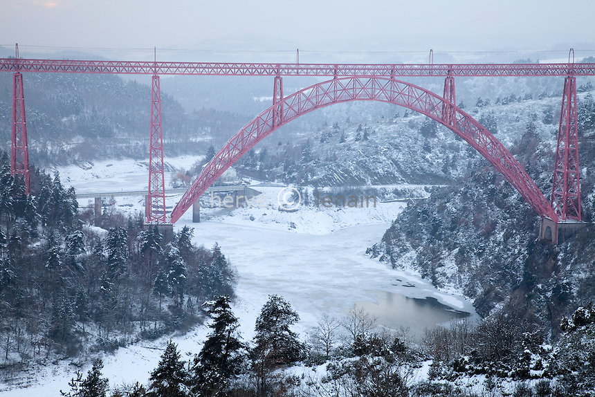 France, Cantal, Ruynes-en-Margeride, gorges de la Truyère, le viaduc de Garabit sous la neige // France, Cantal, Ruynes-en-Margeride, Truyère Gorge, the Garabit viaduct in the snow