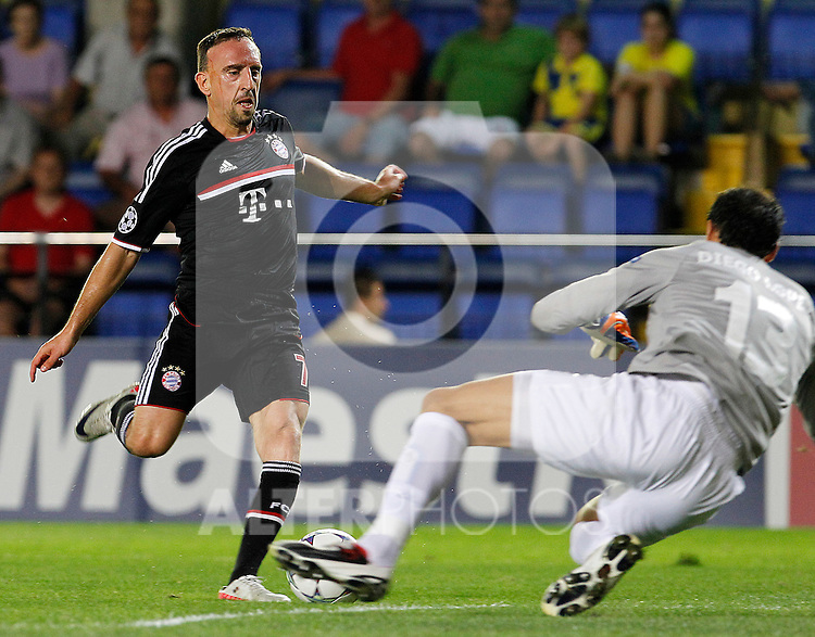 Villareal CF's Diego Lopez (r) and FC Bayern Munchen's Franck Ribery during UEFA Champions League match.September 14,2011.(ALTERPHOTOS/Acero)