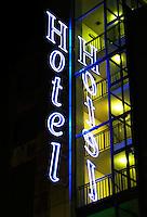 Hotel in Amsterdam. Neon verlichting
