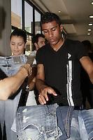 FOTO EMBARGADA PARA VEICULOS INTERNACIONAIS - SAO PAULO, SP, 29 DE NOVEMBRO 2012 - JOGADORES PAULINHO E RALF DO CORINTHIANS - Paulinho durante visita na sawary jeans -  A dupla enche o carrinho e dao autografos para fans 4 dias antes do embarque para o mundial de 2012 - Bairro do Bras, zona leste da capital paulista, na manha dessa quinta-feira, 29 -  FOTO: LOLA OLIVEIRA/BRAZIL PHOTO PRESS