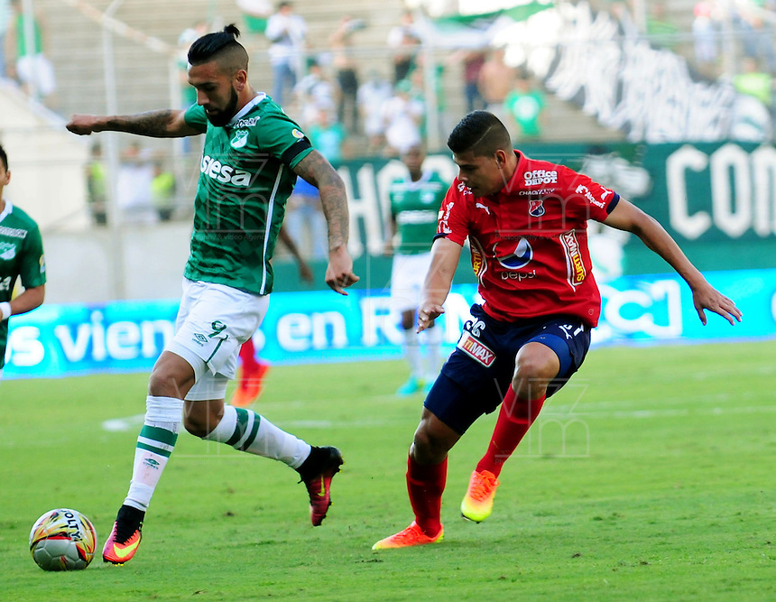 CALI - COLOMBIA -07-08-2016: Ronnie Fernandez (Izq.) jugador de Deportivo Cali disputan el balón con Jorge Arias (Der.) jugador de Deportivo Independiente Medellin, durante partido entre Deportivo Cali y Deportivo Independiente Medellin, por la fecha 7 de la Liga Aguila II-2016, jugado en el estadio Deportivo Cali (Palmaseca) de la ciudad de Cali. / Ronnie Fernandez (L) player of Deportivo Cali vies for the ball with Jorge Arias (R) player of Deportivo Independiente Medellin, during a match between Deportivo Cali and Deportivo Independiente Medellin, for the date 7 for the Liga Aguila II-2016 at the Deportivo Cali (Palmaseca) stadium in Cali city. Photo: VizzorImage  / Nelson Rios / Cont.