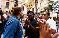 CURITIBA, PR, 07.11.2016  -EDUCAÇÃO-PR –  Durante a reintegração de posse do Institudo de Educação do Paraná na tarde dessa segunda-feira (07), manifestante contraria a ecupução entra em conflito com estudantes e,m frente ao prédio do Institudo de Educação no centro de Curitiba (PR). (Foto: Paulo Lisboa/Brazil Photo Press)