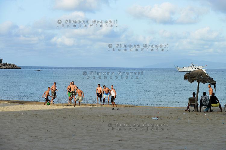 Tabarka, Tunisia, 18 Settembre 2018<br /> Ragazzi tunisini  giocano a pallone sulla spiaggia di Tabarka