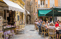France, Provence-Alpes-Côte d'Azur, Grasse: old town with café and souvenir shop   Frankreich, Provence-Alpes-Côte d'Azur, Grasse: Altstadt mit Café und Andenkenladen