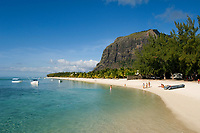 MUS, Mauritius, Black River, Le Morne: Hotel Berjaya Resort - Strand und Le Morne Brabant | MUS, Mauritius, Black River, Le Morne: Hotel Berjaya Resort - beach, Le Morne Brabant mountain