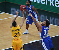 Basketball  1. Bundesliga  2016/2017  Hauptrunde  17. Spieltag  30.12.2016 Walter Tigers Tuebingen - FRAPORT SKYLINERS Frankfurt Shavon Shields (re, Frankfurt) gegen Mauricio Marin (li, Tigers)