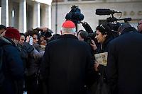 Continuano gli incontri dei cardinali per trovare l'accordo sulla data dell'inizio del Conclave che porterà all'elezione del nuovo Papa dopo le dimissioni di Benedetto XVI. Un cardinale risponde alle domande dei giornalisti.