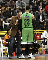 BOGOTA - COLOMBIA: 23-02-2015: Jaime Ortiz (Izq.), entrenador de Llaneros de Villavicencio, da instrucciones a W Diaz (Der.), jugador de Llaneros de Villavicencio durante partido entre Guerreros de Bogota y Llaneros de Villavicencio por la fecha 1 de la Liga Directv Profesional de Baloncesto I 2015 en partido jugado en el Coliseo El Salitre de la ciudad de Bogota.  / Jaime Ortiz (L), coach of Aguilas of Tunja, gives instructions to W Diaz (R), player of Llaneros of Villavicencio, during a match between Guerreros of Bogota and Llaneros of Villavicencio, for the date 1 of La Liga Directv Profesional de Baloncesto I 2015, game at the El Salitre Coliseum in Bogota City. Photo: VizzorImage / Luis Ramirez / Staff.