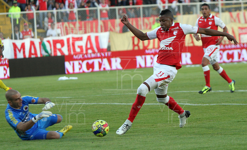 BOGOTA -COLOMBIA- 26 -10--2013.William Zapata (Der)  de Independiente Santa Fe disputa el balon contra Lucero Alvarez (Izq) del Deportivo Pasto, encuentro de la fecha dieciseisava de la  Liga Postobon segundo semestre jugado en el estadio de Techo  / William Zapata (R) of Independiente Santa Fe dispute the ball against Lucero Alvarez (L) of Deportivo Pasto, date sixteenth meeting of the Postobon  League second half played in the stadium Techo .Photo: VizzorImage / Felipe Caicedol / Staff