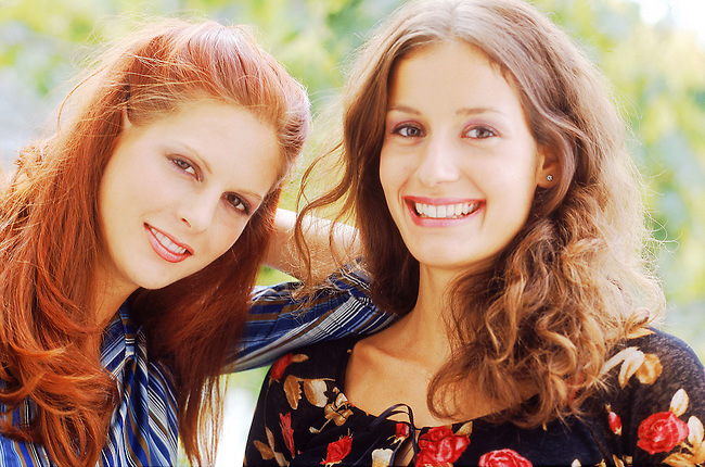 Beaute, deux femmes rousses souriant *** Two red haired women smiling, Female Beauty